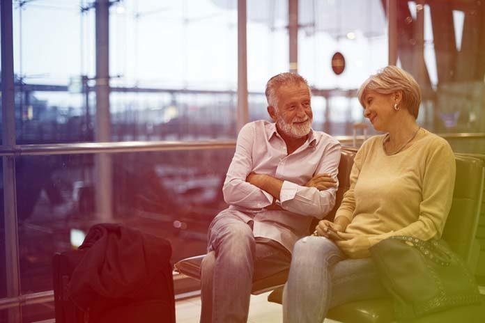 Zagrożenia dla zdrowia seniora podczas wakacji - zobacz na co narażeni są starsi ludzie podróżujący samolotem